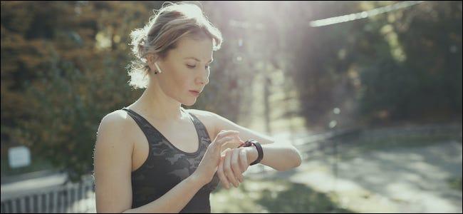 Persona que usa Apple AirPods e interactúa con Apple Watch