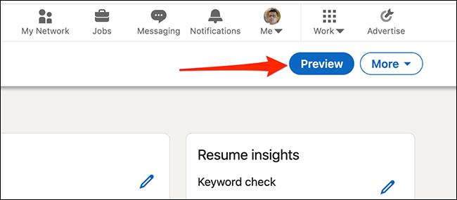 """Haga clic en """"Visión general"""" para obtener una vista previa del CV creado con el creador de CV de LinkedIn."""