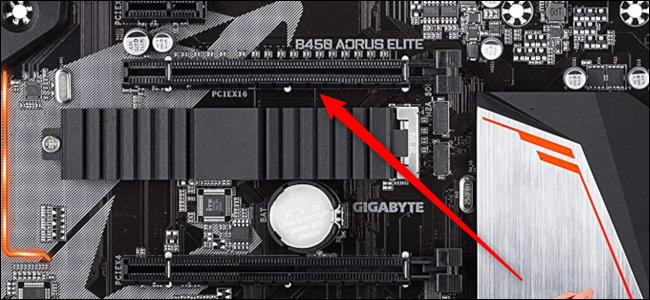 Primer plano de una ranura PCIe x16 con una flecha roja apuntando hacia ella.