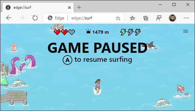 Usando un controlador Xbox en el juego de surf Microsoft Edge.