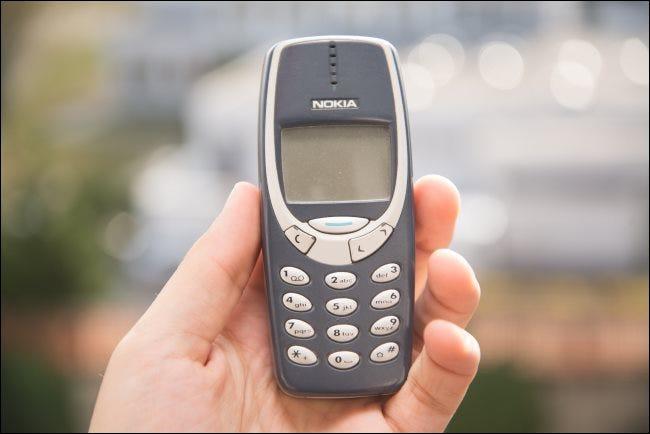 Alguien sosteniendo un teléfono Nokia 3310.