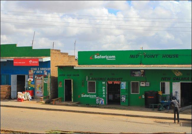 Una tienda Safaricom con un cartel de M-Pesa en Kenia.