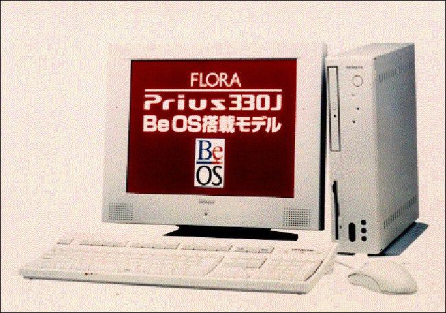 Una computadora de escritorio Hitachi FLORA Prius 330J.